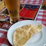インド・ネパール料理 ディップキッチン - グラスビール、パパド(サービス)