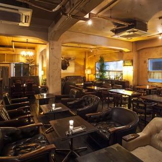 元ストリップ劇場の隠れ家カフェ、店内は昭和レトロテイスト。