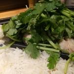 PhraArthit - カオマンガイ弁当 パクチーモリモリ。モリモリ過ぎて肉が見えない(笑)