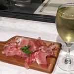 新宿マイバル - 生ハムと白ワイン。