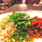 63576387 - 俺の裏技!タイ風チャーハンとガパオ、目玉焼きにパクチーを乗せてガパオ丼を作って食べます。