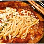 新潟 三宝亭 東京ラボ - ムッチムチの太麺。麻婆豆腐に負けない存在感があります。