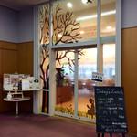 野のはなハウス - 店舗入口。図書館のロビーを通って入る。
