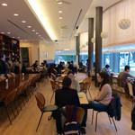 野のはなハウス - 店内風景。客の8割ほどが学生で、食中、食後に熱く語っていたグループも。