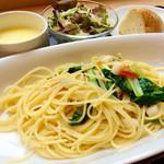 """野のはなハウス - 「Aセット」(540円)。本日のパスタは""""小柱と小松菜のフレッシュトマトソース""""。スープはポタージュ。"""