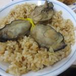 磯野家 - 牡蠣飯(大)中にも3つ牡蠣が入ってます。