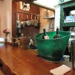 フィリペペ - 1階は厨房を含むカウンター席で、2階もあります。ワインバーとしても使えます。