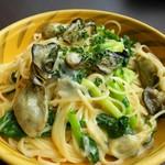 湾岸食堂 - 牡蠣と青菜のクリームパスタ。