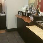 スターバックスコーヒー イオンモール東浦店 - コンディメントバーとごみ箱と洗面台