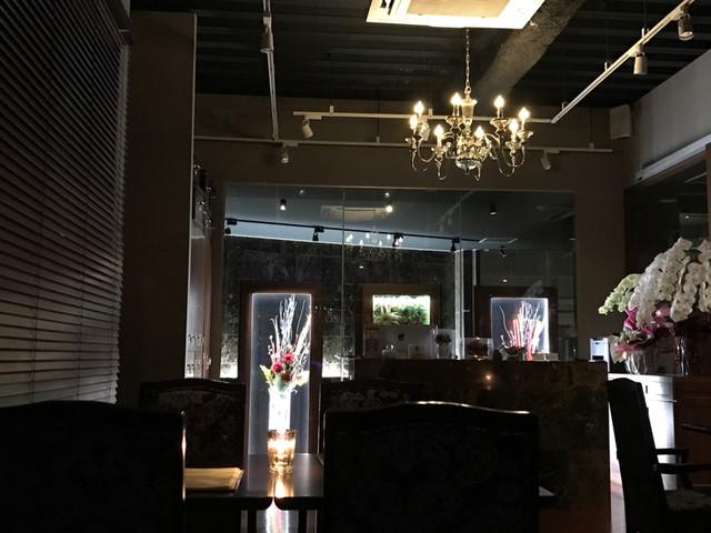 バーフェイバリット - 照明は落とし気味の落ち着いた雰囲気。