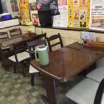 すさき駅前食堂 - すさき駅前食堂(高知県須崎市原町)店内テーブル席