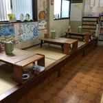 橋本食堂 - 橋本食堂(高知県須崎市横町)店内テーブル小上がり席