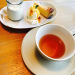 スプーン - ムレスナティーとデザートの紅茶のプリン、+250円のチーズケーキ