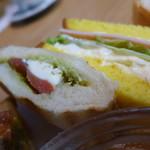 63615729 - 右・ハム、レタス、玉子サラダのサンドウイッチ、左・生ハムとモッツアレラのホットサンド