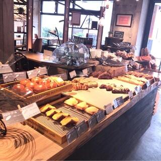 トーチドットベーカリー - 朝一番、販売スペースの方のパン