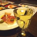 塊肉ステーキ&ワイン Gravy'sFactory - 白ワイン(421.2円)とつきだし(324円)