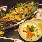 塊肉ステーキ&ワイン Gravy'sFactory - 蒸鶏サラダ(680.4円)とチーズ盛り合わせ(421.2円)
