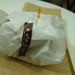 Kuaaina - 包まれ、ピックに刺さったパインバーガー