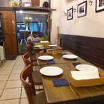 荒井商店 - カウンターはなくテーブル席のみ。店主の趣味だろうか、サーフボードが飾られる