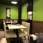 アジアン食堂 スーリヤ - テーブル席