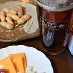 ティルナノーグ - レッドローズアンバーエールとチーズ盛り合わせ