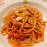 ピッツェリア・サバティーニ - カラブリア産辛口サラミとンドウイヤのトマトソースのブカティーニ