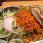 東京タンメン トナリ - 焼きそばにはゲソ唐揚げ、焼きそば、辛い揚げ玉、野菜炒めが相盛りされています。