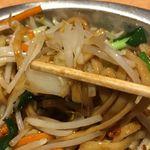 東京タンメン トナリ - 最後は全部ごちゃまぜにして食べることでパワフル美味しさはそのままに後味スッキリ!トナリはタンメンならず焼きそばもウマウマなことを舌の上で実感しました。