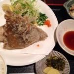 四季の味処 髭ダルマ - ◆定食は「鰈とかんぱちカマのから揚げ」「マカロニサラダ」「ご飯」「お味噌汁」「香の物」のセット。
