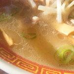 ラーメン藤 守山店 - 塩チャーシューメンのスープ、黄金とまで行かないでもキレィ目です