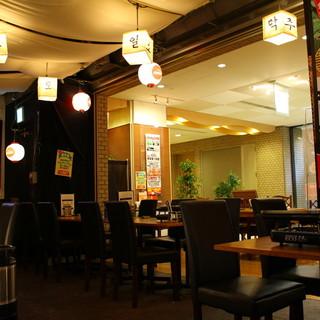 開放的な天井の高さに、風情ある韓国風提灯
