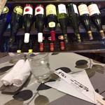 ニューコトブキ - テーブルセットと入口のワイン