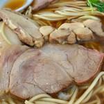 ゆうき屋 - 豚と鶏の2種のチャーシューが入っています【料理】
