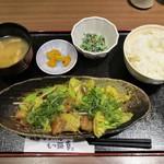 九州博多料理 もつ鍋 幸 - ランチの 牛ホルモン味噌炒め定食 1,180円(税込)。小鉢、ご飯、漬物、味噌汁 付きで、ご飯 大盛り・お代わり は無料のサービスです。