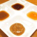63674806 - シャン食餃子(6個) 540円 の酢醤油、ピリ辛の胡麻みそだれ(神戸風)、幻の柑橘直七を使ったお出汁のポン酢、グリーンペッパーとフォン・ド・ヴォー