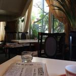 玉一総本店 - 副流煙を感じながら新聞を読む雰囲気。昭和にタイムスリップしたようだ。
