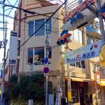 """玉一総本店 - 店舗外観。福島遊歩ストリート(?)の入口にある。""""売れても占い商店街""""や、遊歩と""""UFO""""をかけてるなど、オヤジの発想っぽい。"""