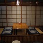 柳ばし - テーブル席は2席 なんとも風流だ
