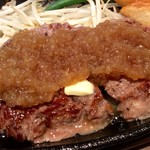 1ポンドのステーキハンバーグ タケル - 肉アップ②(特製ソースをかけた後)。