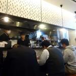 麺屋 空海 - 麺をススるオトコたちの背中。