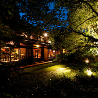美しい竹林と日本庭園。明治初期の歴史ある家屋を利用した古民家