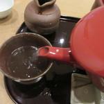 根津 鷹匠 - 蕎麦湯を注ぐ