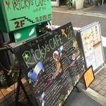 リッキーズカフェ - 手書きの大きな看板♪