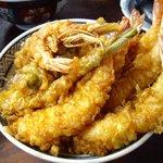 土手の伊勢屋 - 大きな海老5匹がのった海老天丼