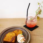 栄久 - キャラメルのパウンドケーキ&いちごシロップのソーダ割り
