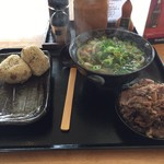 63709274 - 熱いぶっかけうどん中盛に牛肉の甘辛煮中皿と吉野の鶏めし2つ