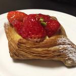 ウォークオン - 料理写真:イチゴのデニッシュ