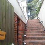 ブルーガーデン - 階段上がると入り口