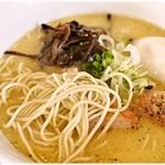 博多水炊きらーめん うかんむり - クキクキっとした食感の低加水麺。