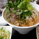 ブア・デ・タイ - タイ東北モツ麺(トム・サー・ター)950円